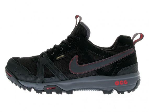online retailer c6e9a c5dca ... Nike ACG Rongbuk – HO10  Em combinação de preto com (poucos) detalhes  em vermelho o RONGBUK tem revestimento de ...