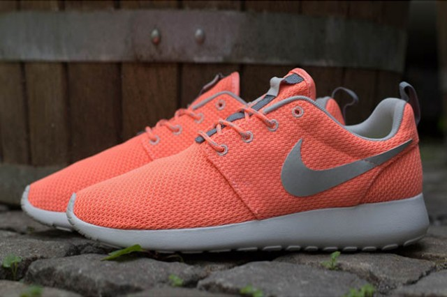 nike-roshe-run-atomic-pink-metallic-silver-2