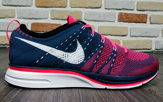 nike-flyknit-trainer-squadron-blue-pink-flash-1