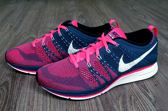 nike-flyknit-trainer-squadron-blue-pink-flash-2