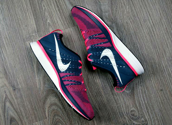 nike-flyknit-trainer-squadron-blue-pink-flash-3